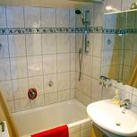 apartment/3 bedrooms/shower,bath tube,WC