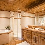 Suite, shower and bath, toilet, facing the mountains