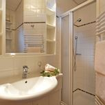 1 bedroom, comb liv.-bedr/shower wc