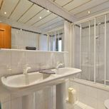 Holiday home, shower and bath, toilet, deluxe